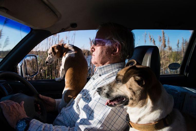 Grootgrondbezitter John Hume rijdt met zijn honden over zijn land. Beeld Bram Lammers