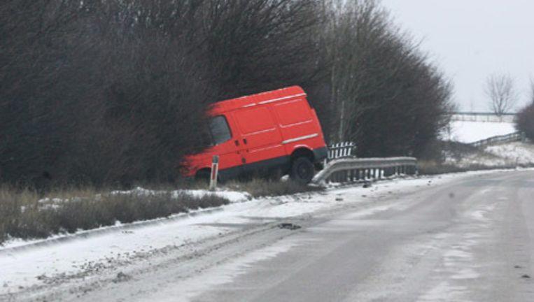In Groot-Brittannië is het in dertig jaar niet zo koud geweest, door de gladheid ontstaan veel verkeersongevallen. Foto EPA Beeld