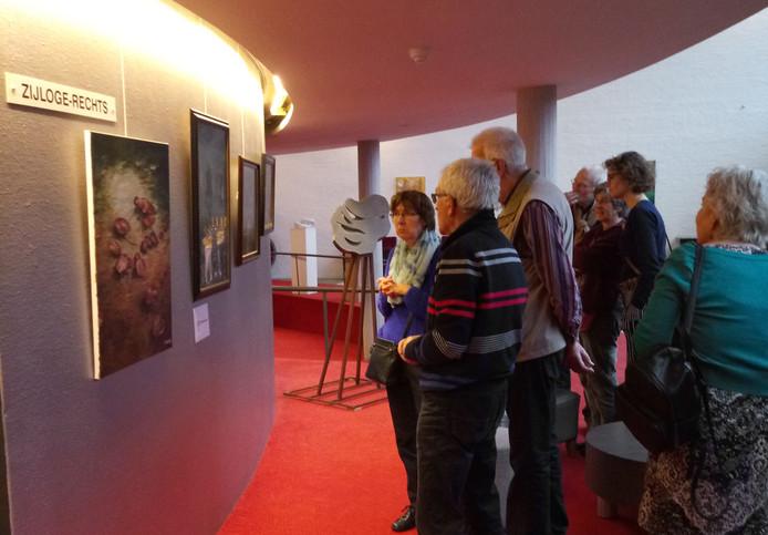 De werken van alle 170 amateurkunstenaars zijn opgehangen en neergezet in de hal en gangen op alle verdiepingen van het gebouw.