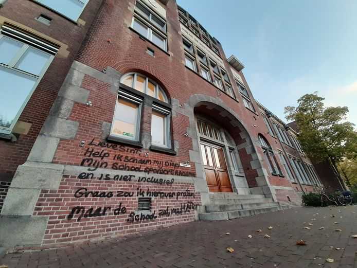 De voorkant van het Johan de Witt Gymnasium in Dordrecht is maandagochtend beklad.