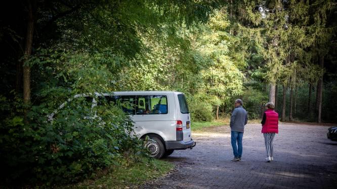 Politie parkeert 'drugsbus' in bossen Staphorst, maar niemand die het opmerkt