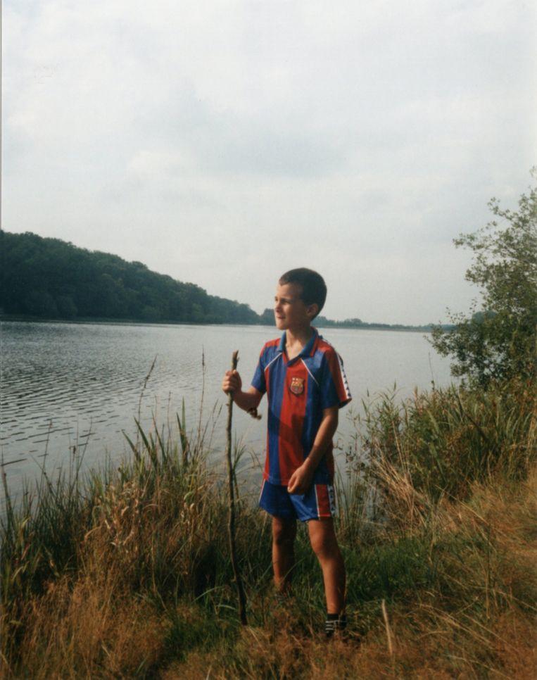 Twee constanten in de fotoboeken, blauw-groene meren en blauw-rode voetbaltruitjes.  Beeld Michiel Martin