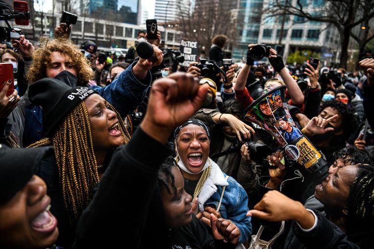Juichende mensen na het bekendworden van het juryberaad in de VS. Beeld AFP