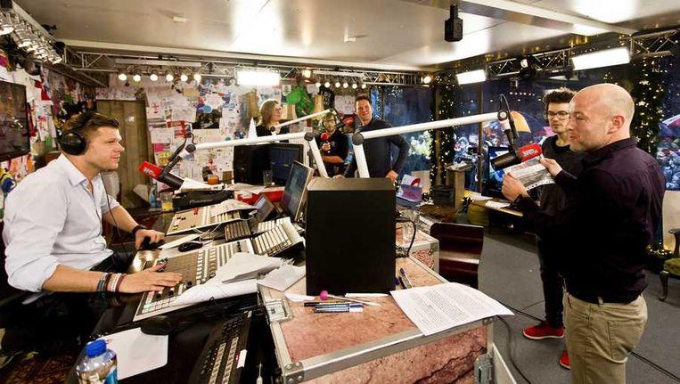 3FM-dj's Coen Swijnenberg, Giel Beelen en Paul Rabbering zamelden in december vanuit het Glazen Huis zes dagen en nachten lang zonder eten geld in voor het voorkomen van diarree. Beeld anp