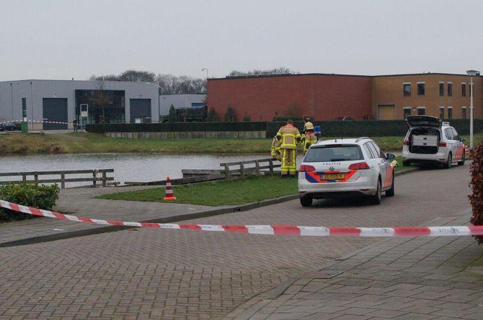 In een vijver aan de Gorterstraat in Lichtenvoorde werd een levenloos lichaam aangetroffen.