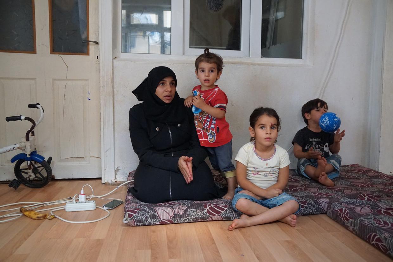Rama Adbullah en haar kinderen. Haar man werd eind vorige maand uitgezet naar Syrië.