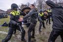 De politie maakt een einde aan de demonstratie op het Museumplein. Waterkanonnen en politiehonden worden ingezet tegen demonstranten die het plein niet willen verlaten.