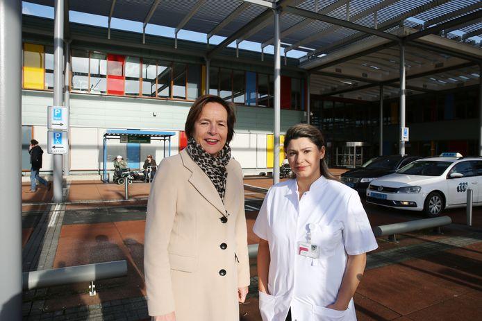 Bestuurder Gitta Gallé en longarts-oncoloog Suzy Samii van het Deventer Ziekenhuis