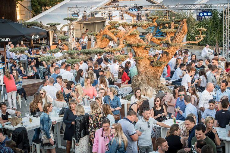 De opening van Pulobar in 2017 in de Ambachtenstraat in Izegem lokte bijzonder veel volk