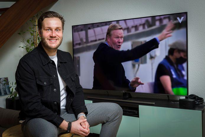Ambachter Stefan Valk voor een tv waarop 'zijn' documentaire Força Koeman getoond wordt.