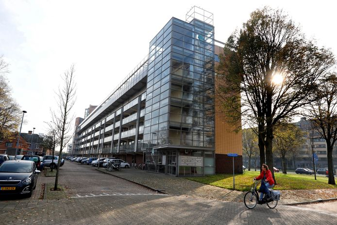 De flat in de Maassluise wijk Componistenwijk waarvan een van de kelders werd gebruikt voor de groepsverkrachtingen.