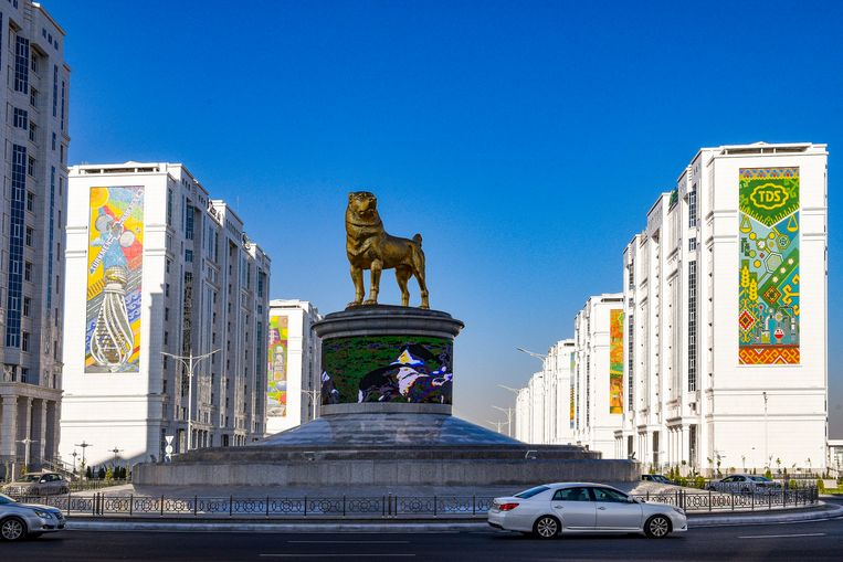 Het 15 meter hoge standbeeld van de Alabai in de Turkmeense hoofdstad Asjchabad. Beeld AP