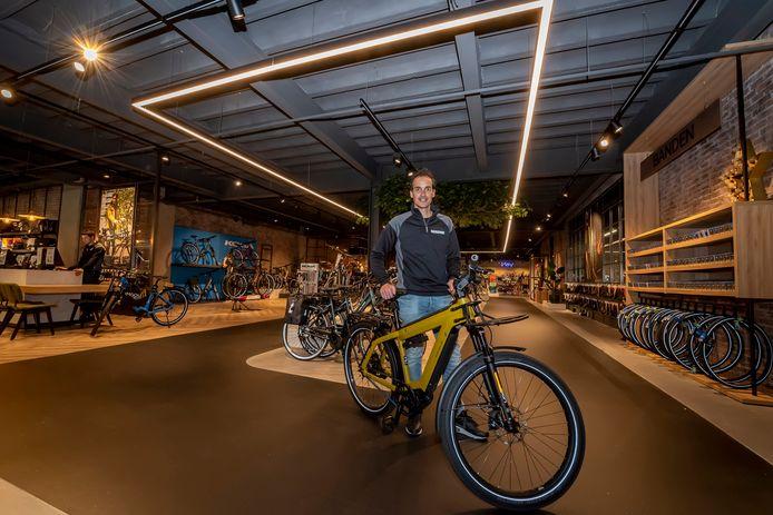 De vernieuwde fietsenzaak van Kees de Mooij in Bergen  op Zoom trekt veel publiek.