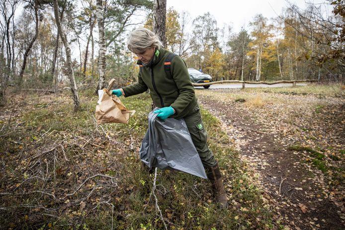 Boswachter Ine Nijveld Staatsbosbeheer ruimt op de Sallandse Heuvelrug het bos op.