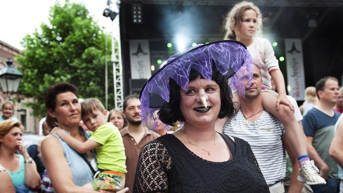 Bezoekers aan het Heksenfestijn in Oudewater genieten er van de sfeer en de artiesten die er optredens geven