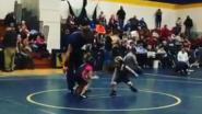Vierjarige worstelaar lijkt onklopbaar door deze originele tactiek (en nog 5 sportvideo's die u deze week niet mocht missen)