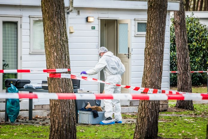 Uitgebreid sporenonderzoek vorig jaar februari bij een chalet op 't Wolfsven in Mierlo. In het huisje werd een dode Eindhovense vrouw gevonden.  De verdachte staat vandaag voor de rechter.