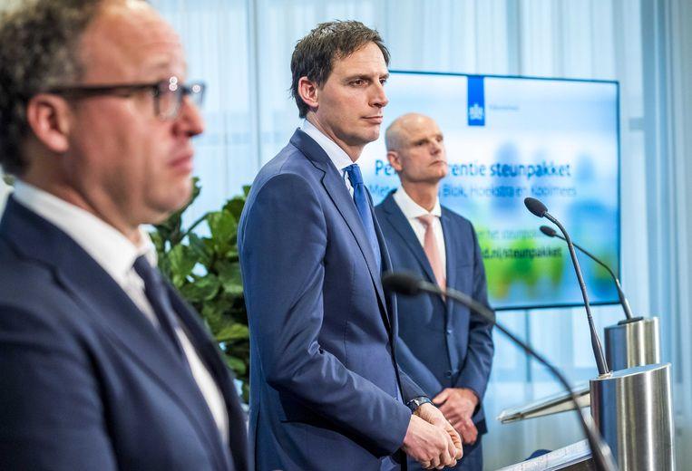 De ministers Koolmees (sociale zaken), Hoekstra (financiën) en Blok (economische zaken) geven een toelichting op de verlenging van het steun- en herstelpakket voor banen en economie. Beeld Lex van Lieshout, ANP