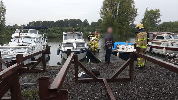 Hulpdiensten op de boot in Terborg.