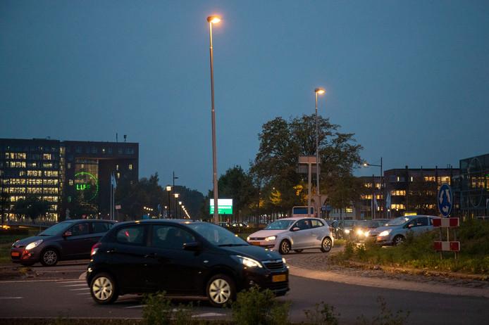 Drukte op de rotonde Mansholtlaan / Droevendaalsesteeg bij de entree van de Wageningen Campus