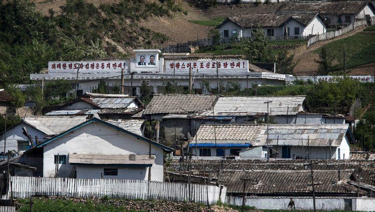 Noord-Koreaanse huizen aan de noordelijke grens met China. Beeld getty