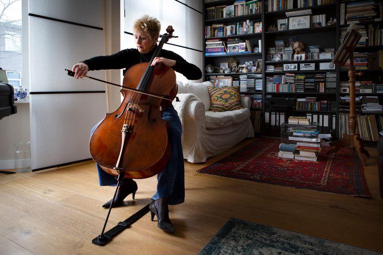 Cellist Caecilia van Hoof maakt zich op voor een emigratie naar Macedonië. Beeld Pauline Niks