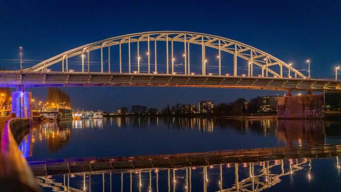 Als het blauwe uurtje bij de Frostbrug de wereld overgaat, wordt het druk in de stad