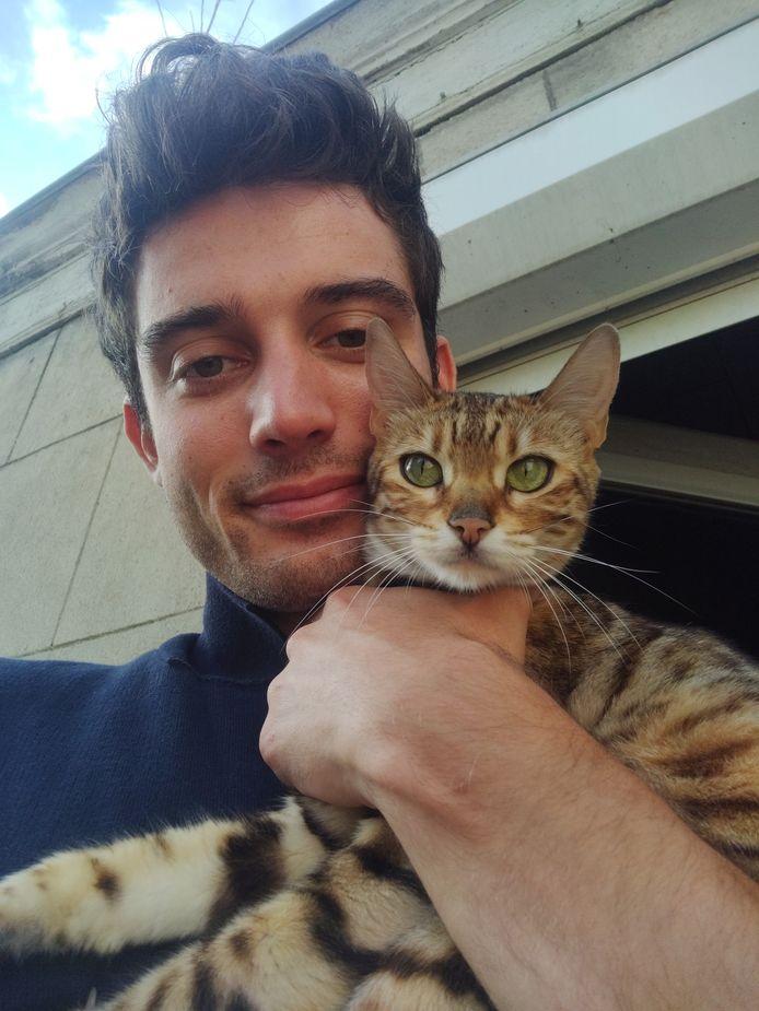 Gaetan met zijn Bengaals katje Cleo.