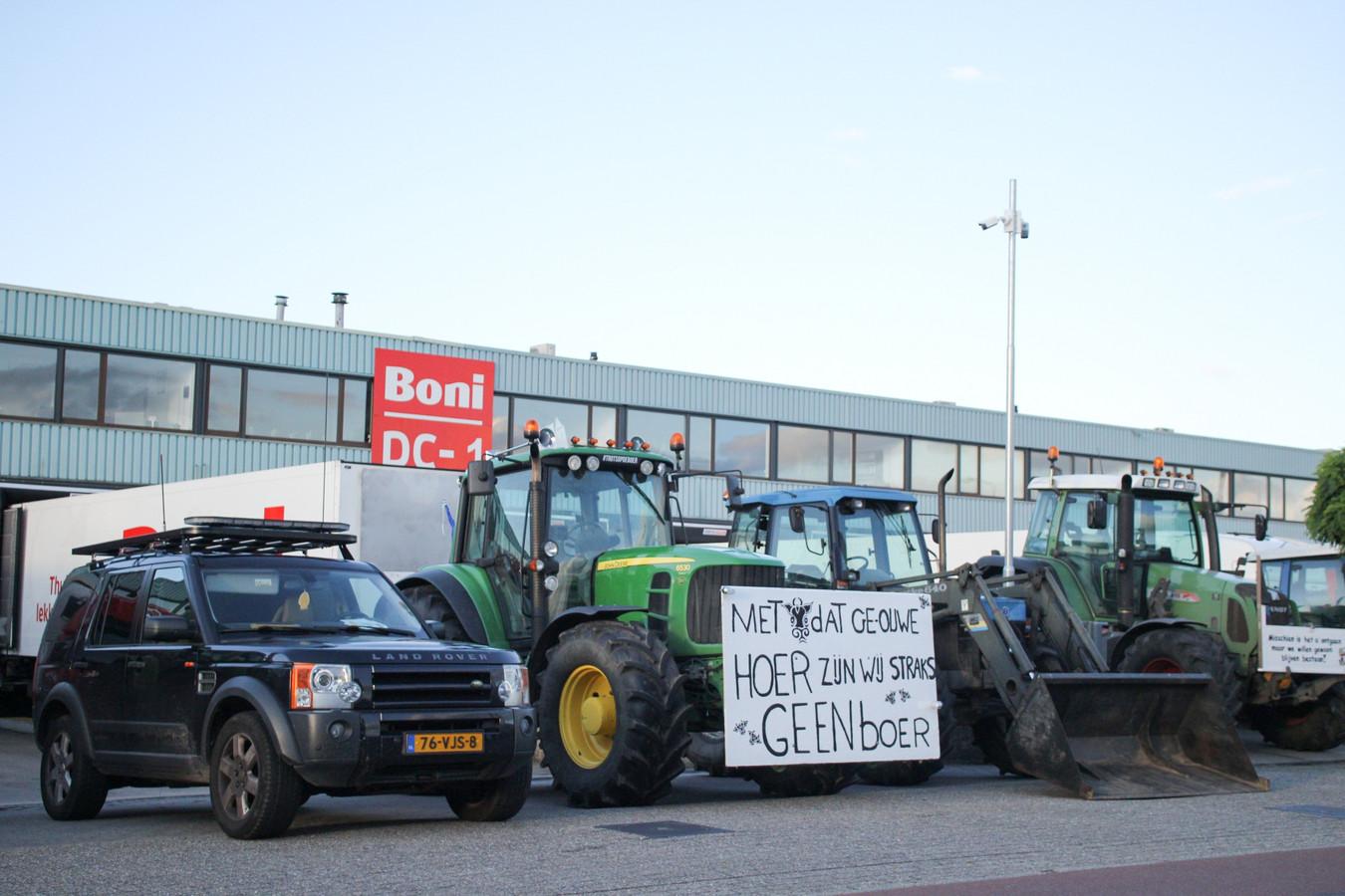 NIJKERK - Vrijdagavond 10 juli rond 20.00 uur hebben meerdere boeren het distributiecentrum van Boni in Nijkerk geblokkeerd.