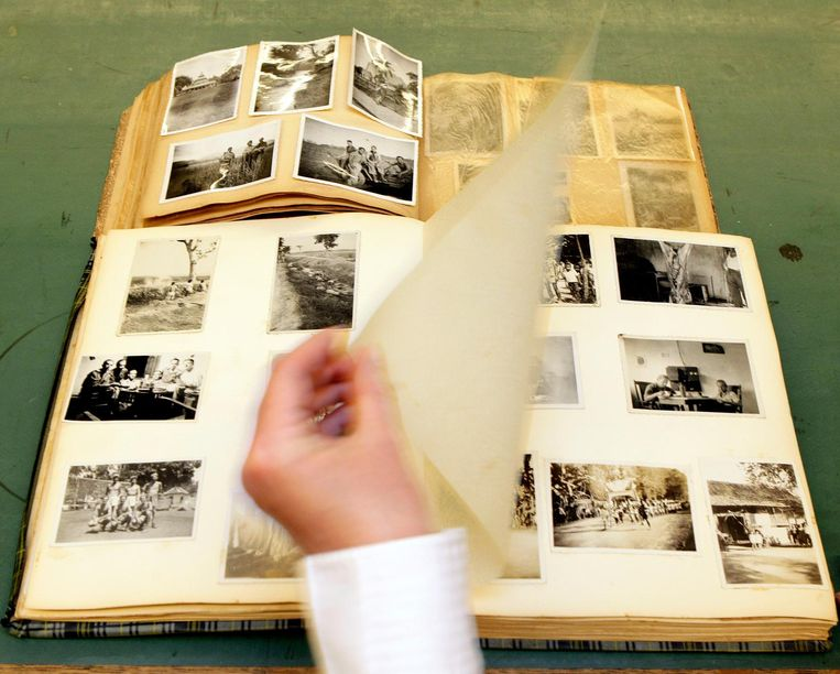Foto's van een executie in voormalig Nederlands-Indië, in een fotoboek dat in 2012 werd gevonden in een vuilcontainer. De foto's komen uit het privé-album van een soldaat uit Enschede die in 1947 werd uitgezonden. Beeld ANP