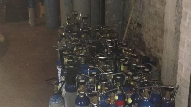 """Politie waarschuwt na inbeslagname van 2 meter (!) hoge lachgasflessen: """"Een ware plaag"""""""