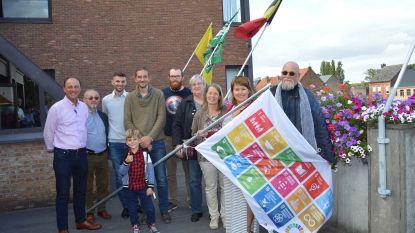 Gemeente en lokale Duurzame Helden hijsen SDG-vlag als aftrap Week van de Duurzame Gemeente