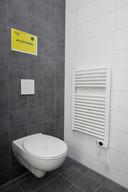 Op de badkamer zorgt een elektrische radiator voor extra verwarming.