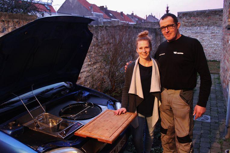 Celine Devreker en papa Werner bij de Citroën Saxo die Werner ombouwde tot een keukentje.