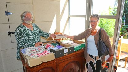 Senioren stikken mondmaskers en verdelen ze aan inwoners