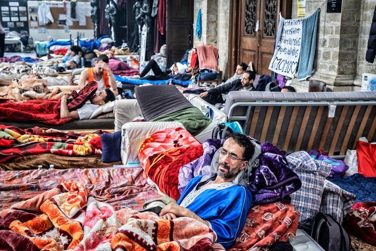 Mensen zonder papieren, in hongerstaking in de Brusselse Begijnhofkerk. Beeld Tim Dirven