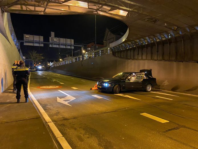 De gecrashte auto in de Willemstunnel in Arnhem.
