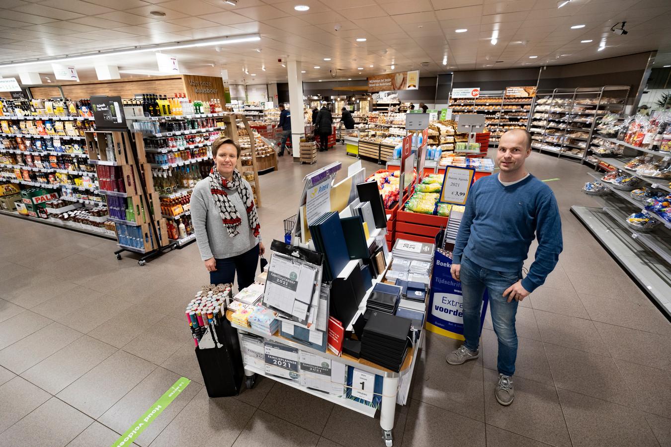 Bianca Wosyka van Primera De Luifel en supermarkteigenaar Gerard Bouwmans bij de Primera-tafel in de Plus in winkelcentrum De Bus in Helmond.