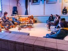 Keurig bieb-lid en twee stelende successchrijvers op bezoek bij de Hugo de Groot-school
