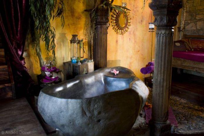 """L'immense baignoire en pierre de la suite """"Atlantide""""."""