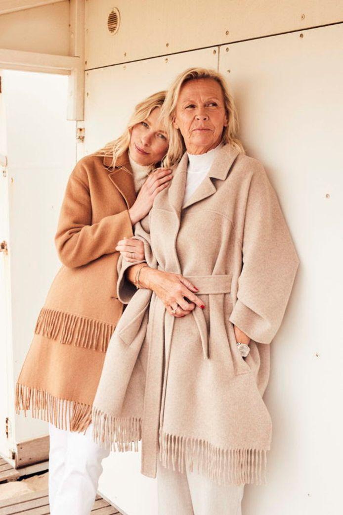 Ontwerpster Ellen samen met haar mama in de knitwearcollectie.