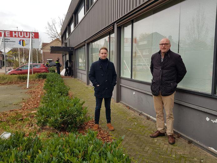Leroy Kluijtmans (VPS Leegstandsbeheer) en Marc Nuchelmans (r.) voor het gekraakte anti-kraakpand in Aalst-Waalre. Vrijdag werd het pand ontruimd door de politie.