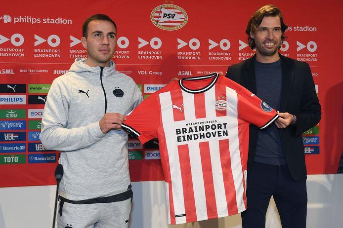 Mario Götze bij zijn presentatie op 8 oktober, samen met technisch directeur John de Jong van PSV.