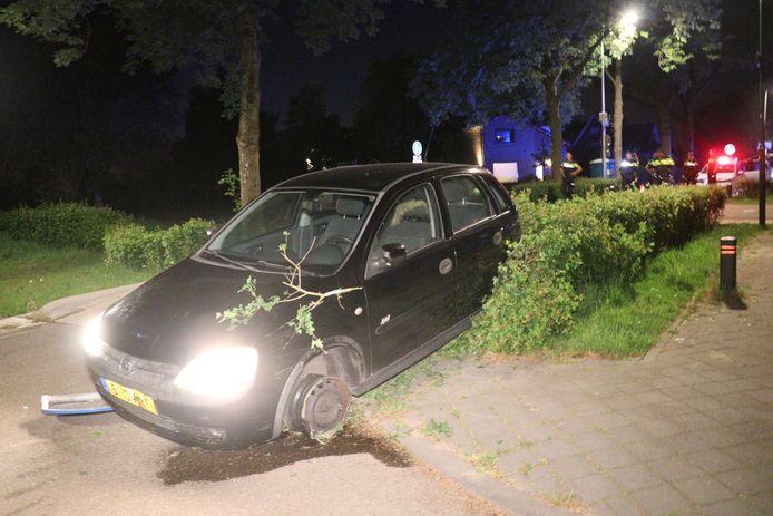 De wagen van de voortvluchtige automobilist strandde zonder band om het linkervoorwiel.