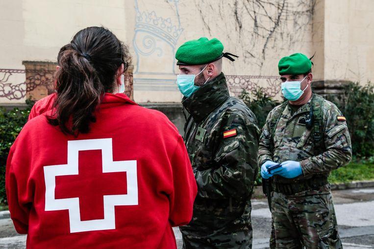 Militairen in Spanje verlenen bijstand bij de strijd tegen corona. Niet in alle regio's wordt de inzet van het leger op prijs gesteld.   Beeld Getty Images