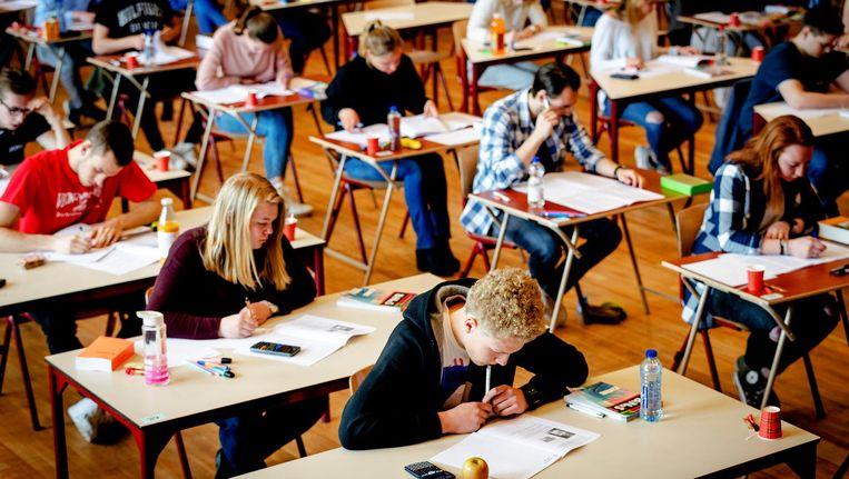 Leerlingen van het Comenius College in Hilversum aan het eindexamen. Beeld anp
