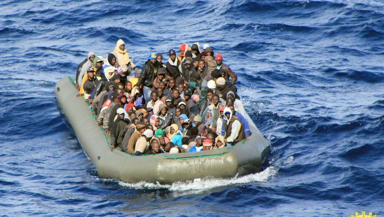 Bootmigranten steken vaak in gammele bootjes de Middellandse Zee over. Duizenden mensen zijn al verdronken. Beeld anp