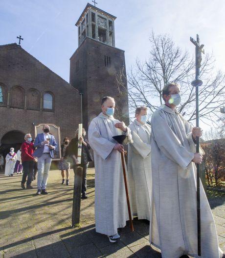 Historische dag voor geloofsgemeenschap in Albergen: hun kerk is aan eredienst onttrokken
