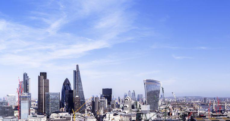 Skyline van de City, het Londense zakendistrict. Van hieruit werden door handelaren van Deutsche Bank, Citi, Barclays, BNP Paribas en Société Générale jarenlang voor miljarden euro¿s rentederivaten verkocht aan woningcorporatie Vestia. Beeld Getty