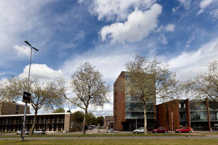 Een doorkijkje richting Scheidingstraat met links het Labrehuis van Neos en rechts het Sociaal pension van Springplank040